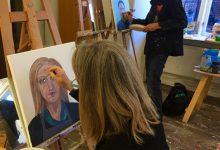 Grundkursen målar självporträtt